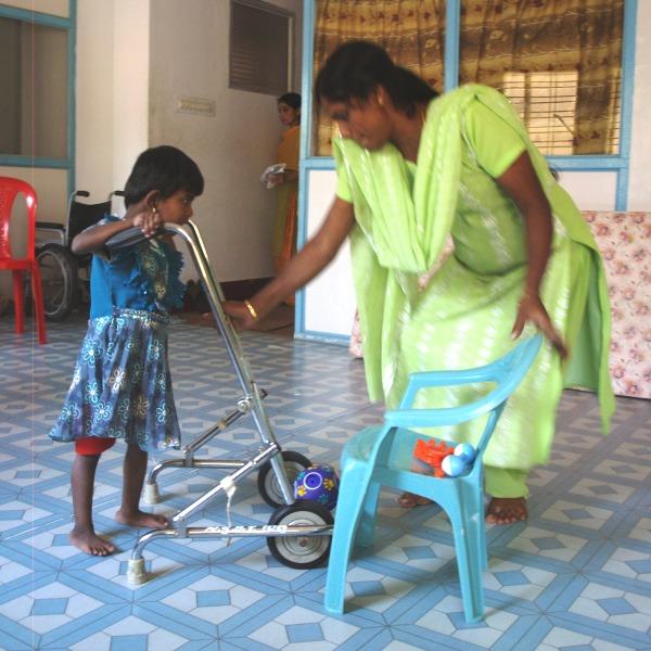 Meisje leert lopen